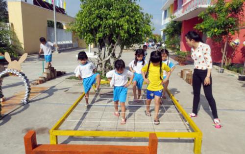Thường xuyên vận động với các thiết bị vui chơi trẻ em công viên ngoài trời giúp trẻ thông minh hơn