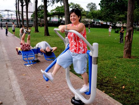 Giá máy tập thể thao ngoài trời lắp đặt tại các công viên, trường học